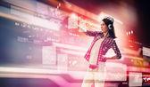 женщина, касаясь виртуальный экран — Стоковое фото