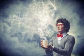 Młody człowiek z dym unoszący się z pucharu — Zdjęcie stockowe
