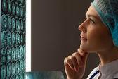 Kobieta lekarz badanie rentgenowskie — Zdjęcie stockowe