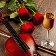 Red roses and a violin — Foto Stock