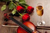Rote rosen und eine violine — Stockfoto