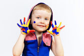 счастливый ребенок с краской на руках — Стоковое фото