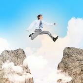 Бизнесмен, перепрыгивая через разрыв — Стоковое фото