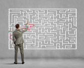 Résoudre problème de labyrinthe homme d'affaires — Photo