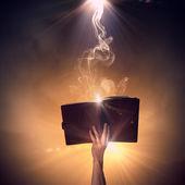 Mão com livro — Fotografia Stock