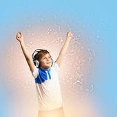 маленький мальчик в наушниках — Стоковое фото