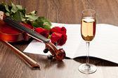 Röda rosor och en violin — Stockfoto