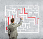 Zakenman oplossen labyrint probleem — Stockfoto