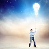 взрослый человек потянуть веревку с лампой — Стоковое фото