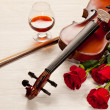 Red roses and a violin — 图库照片