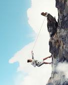 Montagne escalade de femme d'affaires — Photo