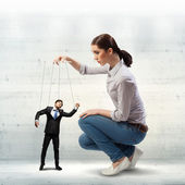 Businesswoman puppeteer — Stockfoto
