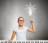 Écolière avec piano — Photo
