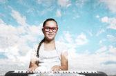 School girl with piano — 图库照片