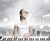 девушка играет на старый черный... — Стоковое фото