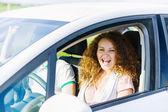 Kobieta jazdy samochodem — Zdjęcie stockowe