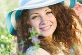 Jeune fille au chapeau — Photo