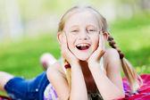 Malá holčička v parku — Stock fotografie