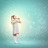 Junge mit flöte — Stockfoto