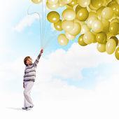 Garçon mignon avec des ballons — Photo