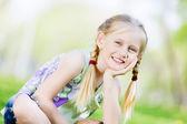 在公园的小女孩 — 图库照片