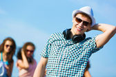 Kulaklıklar ile genç adam — Stok fotoğraf