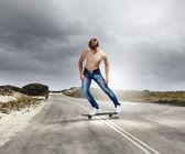 スケート ボード上で 10 代 — ストック写真