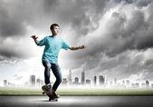 Teenager auf skateboard — Stockfoto
