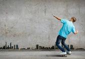 Adolescente em skate — Fotografia Stock