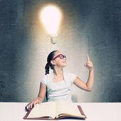 Girl reading book — Stockfoto