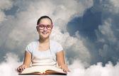 Livro de leitura de menina — Foto Stock