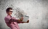 парень с помощью планшетного пк — Стоковое фото