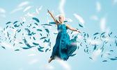 Atlama mavi elbiseli kadın — Stok fotoğraf