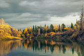 Jesienią zachód słońca w tajdze dziki syberyjski — Zdjęcie stockowe