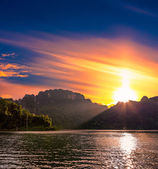 Sunset over the lake Cheo Lan in Thailand — Stock Photo