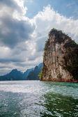 Lago de lan cheo na tailândia. parque nacional de khao sok. — Foto Stock