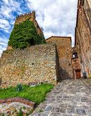中世イタリア。モンテカティーニ ・ アルトの古いタワー.(hdr 画像) — ストック写真