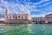 Venedik sabah. resimdeki doge sarayı, san marco, bridge of sighs katedrali. — Stok fotoğraf
