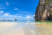 White sand and turquoise sea on the beach in Railay. Thai Krabi province. — Stock Photo
