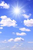 Bílé mraky na modré obloze — Stock fotografie