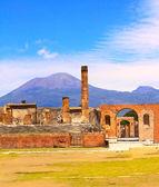 Ruinerna av pompeji och vulkanen mount vesuvius — Stockfoto