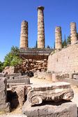 Ancient column and ruins of Temple of Apollo in Delphi, Greece — Zdjęcie stockowe