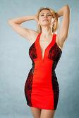 Kvinna i röd klänning — Stockfoto