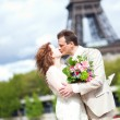 Wedding in Paris. Happy newlywed couple kissing near the Eiffel — Stock Photo