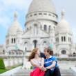 Couple of tourists sitting by the Sacre-Coeur in Paris — Stock Photo