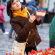 Beautiful girl selecting strawberries at market — Foto de Stock