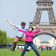 Young couple jumping near the Eiffel tower — Foto de Stock