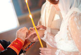 Priest is putting ring on bride — Stock Photo