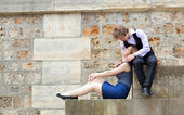 Young couple relaxing at the Parisian embankment — Stockfoto