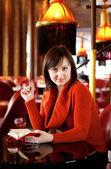 Piękna młoda kobieta z jej osobistego organizera w kawiarni — Zdjęcie stockowe
